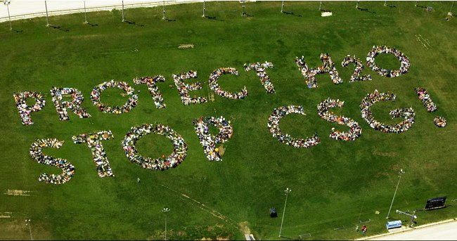 Illawarra, Australia: 3000 activists build a huge human sign